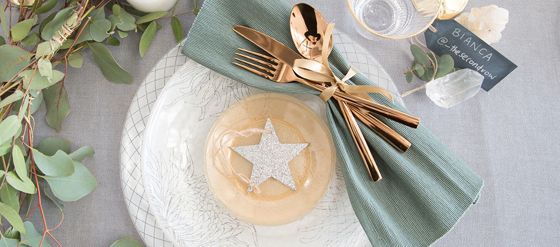 mismatched dinner set - white and gold plates - christmas in july
