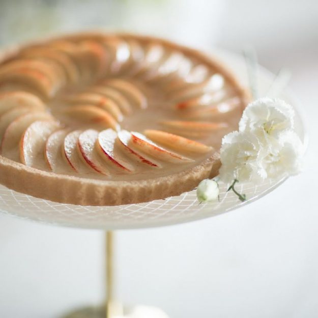 Beige Cake Display Stand, Duan Gold Cake Stand on Pedestal with Apple Pie