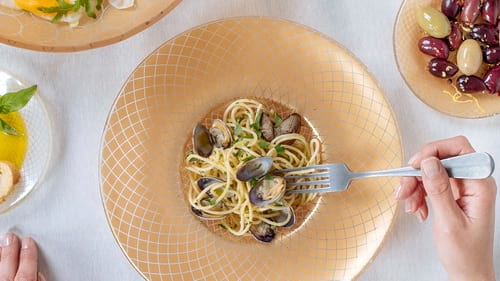Wide-rimmed pasta plates & soup bowls with the gold pasta plate Amur by Anna Vasily.